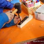 自分で作ったナイフを入れるためのケースを革細工で作っています