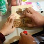 箱の仕上げ。ハート型に繰り抜いてプラ板にはめたり、布で装飾をほどこし、留め金をつけるなど、工夫満載です。