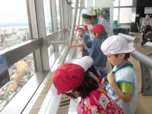Under the crystal-clear sky, the kids were able to see the whole city of Koriyama.