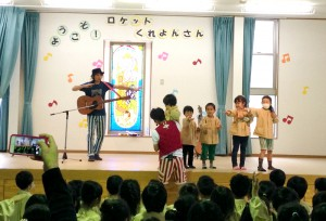 "Singing and dancing with ""Rocket Crayon"" from the Kobe Diocese"