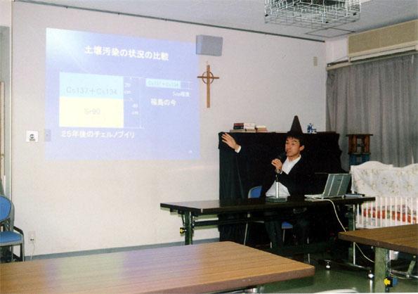 壌汚染の状況についてチェルノブイリと福島とを比較する講師の池田光司さん。